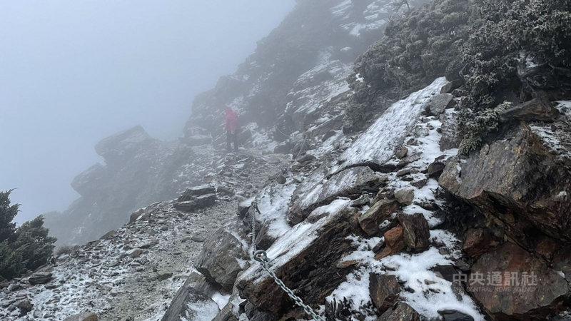 玉山3日降雪,玉山國家公園管理處表示,主峰線步道路面多有積雪情形,較為溼滑,山友須注意安全。(杜漢章提供)中央社記者蕭博陽南投縣傳真  110年3月3日