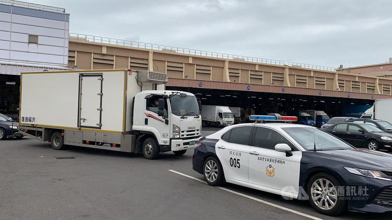 首批武漢肺炎牛津AZ疫苗3日上午抵台,下午由冷凍車從華儲倉庫載送離開,前方有警車戒護。中央社記者葉臻攝 110年3月3日