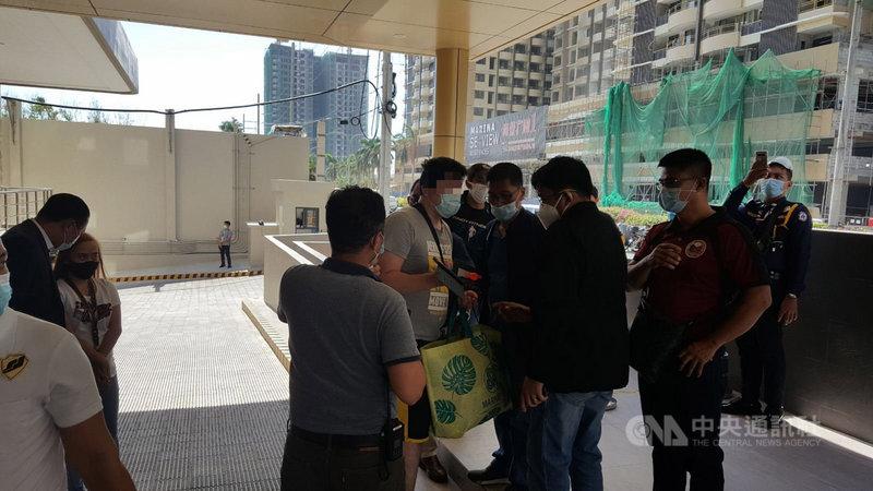 吳姓台灣男子(中)在菲律賓透過通訊軟體向博弈公司求職,卻慘遭限制自由並3度轉賣給其他公司。被害人向駐菲代表處求救後,2日被菲律賓警察總署反綁架大隊救出。(反綁架大隊提供)中央社記者陳妍君馬尼拉傳真 110年3月3日