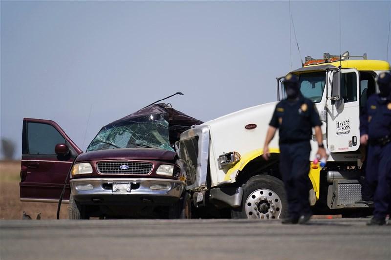 美國加州南部一輛載了27人的8人座運動休旅車2日與裝滿碎石的大型卡車碰撞,至少造成15人死亡。(美聯社)