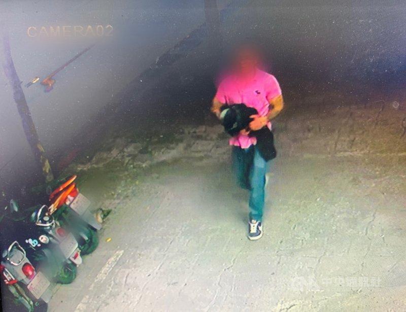 新北市三峽區李姓女子1日晚間在台北大學特區散步,遭人搶走皮包,損失現金與手機等物。警方3日表示,已經鎖定嫌疑人(圖)追緝中。(警方提供)中央社記者黃旭昇新北傳真  110年3月3日