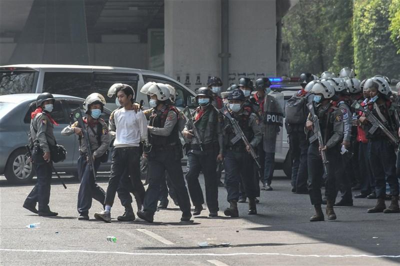 印度警官表示,3名緬甸警員跨越邊界,來到印度東北米左拉姆省(Mizoram)尋求庇護,他們不願執行緬甸軍政府下達的命令。圖為2月26日緬甸警方逮捕示威者。(安納杜魯新聞社)