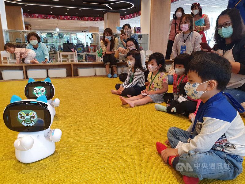 屏東縣立圖書館總館推廣兒童閱讀,3月至7月每週六下午3時在1樓兒童閱覽區,將由AI機器人「凱比」說故事。(文化處提供)中央社記者郭芷瑄傳真 110年3月4日