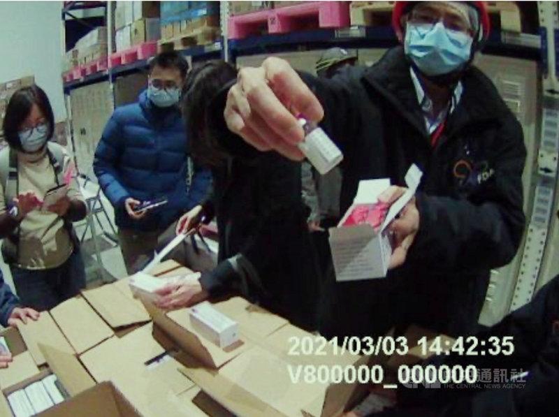 首批牛津AZ疫苗3日運抵台灣,由食藥署人員確認疫苗批號、數量及冷鏈無誤後,拆開疫苗包裝檢查外觀。(食藥署提供)中央社記者張茗喧傳真 110年3月4日