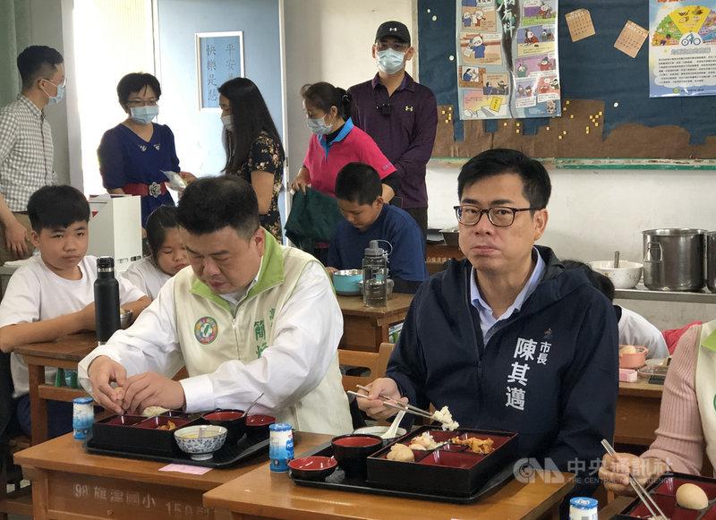 高雄市長陳其邁(右)4日參觀旗津國小,並與學生共享午餐,鼓勵學校培養食農教育。中央社記者侯文婷攝 110年3月4日