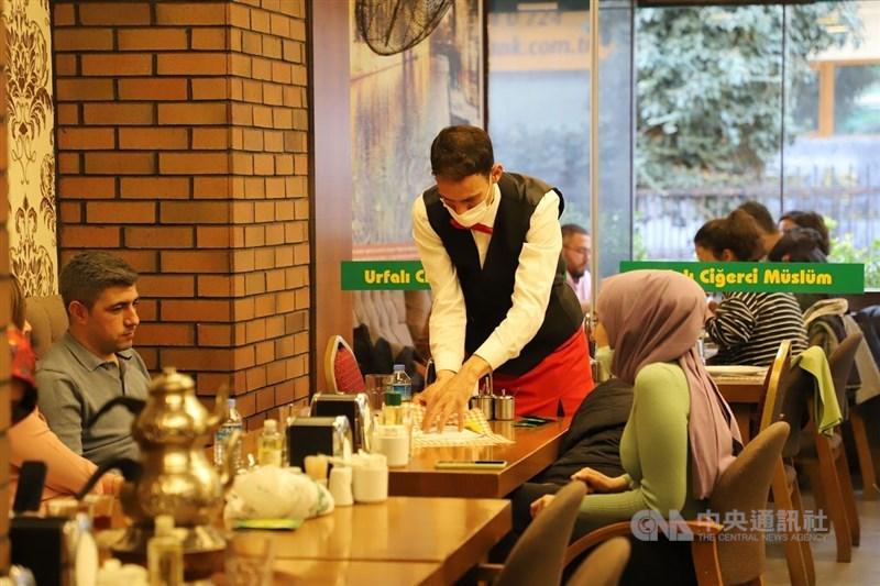 土耳其開始解除防疫禁令,除非常高風險地區外,餐飲業准於上午7時至晚間7時正常營業。安卡拉柯澤賴商圈一家餐廳2日有顧客在店內用餐,為3個月來首見。中央社記者何宏儒安卡拉攝 110年3月3日