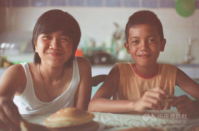 紀錄片「海邊最後的夏天」由菲律賓導演Venice Atienza(左)與台灣製片吳璠聯手打造,透過拍攝小男孩的日常生活,堆疊出成長的時間流逝感。(吳璠提供)中央社記者王心妤傳真  110年3月4日