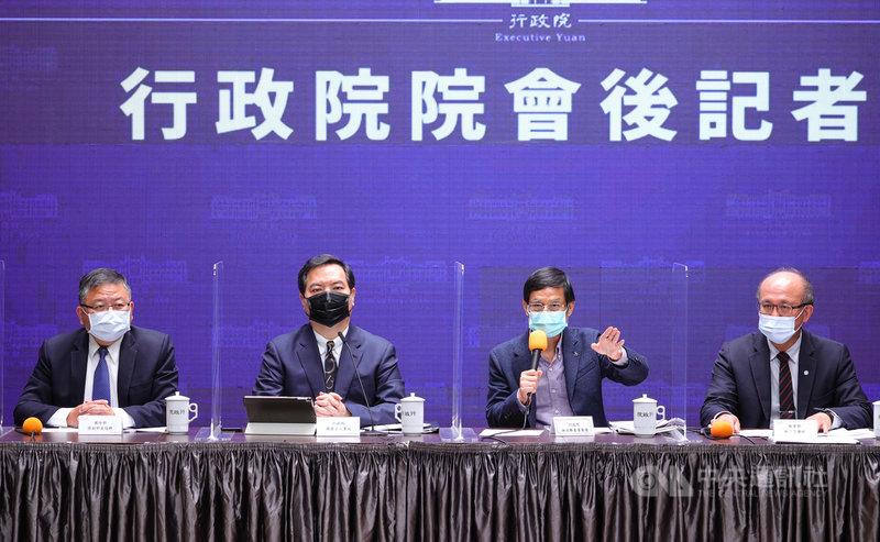 行政院會後記者會4日在新聞中心舉行,由發言人羅秉成(左2)主持,國防部副部長張冠群(左)、政務委員林萬億(右2)、教育部次長林騰蛟(右)等人出席。中央社記者謝佳璋攝 110年3月4日