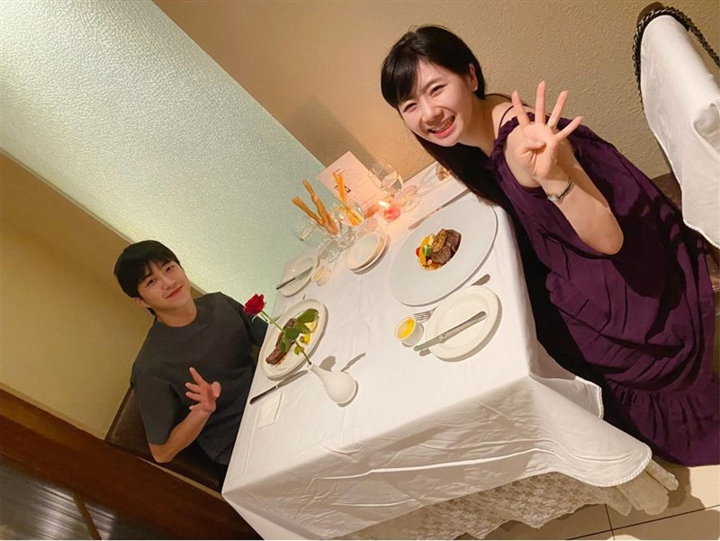 台日桌球夫妻檔江宏傑(左起)和福原愛日前被日媒爆出婚變,23日再傳出江宏傑已經向高雄地方法院訴請離婚。圖為兩人去年9月1日慶祝結婚4週年。(圖取自facebook.com/fukuharaai)