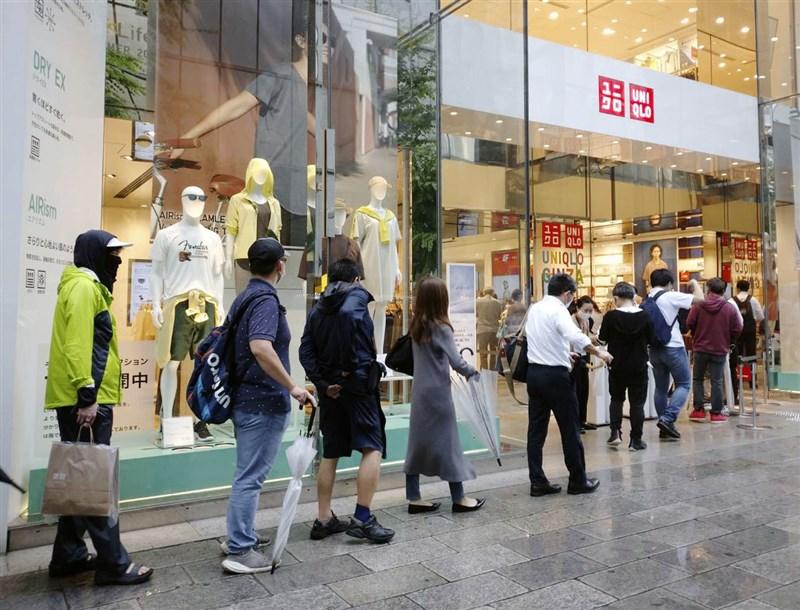 日本4月起規定商品售價一律標示含稅價,平價服飾品牌UNIQLO與GU配合政策,12日起改標含稅價,但含稅價會與原本未稅價相同,等於實質降價約9%。圖為銀座UNIQLO。(共同社)