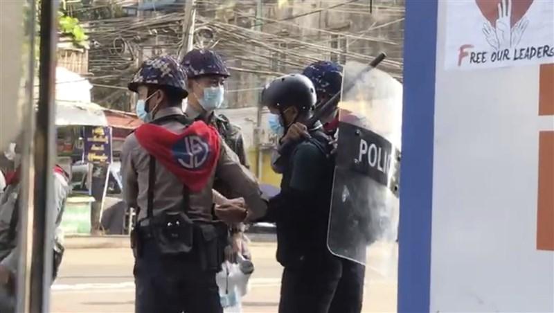 32歲的美聯社攝影記者譚梢(右前),因為2月27日報導緬甸商業重鎮仰光的示威活動,遭到有關當局逮捕。(美聯社)