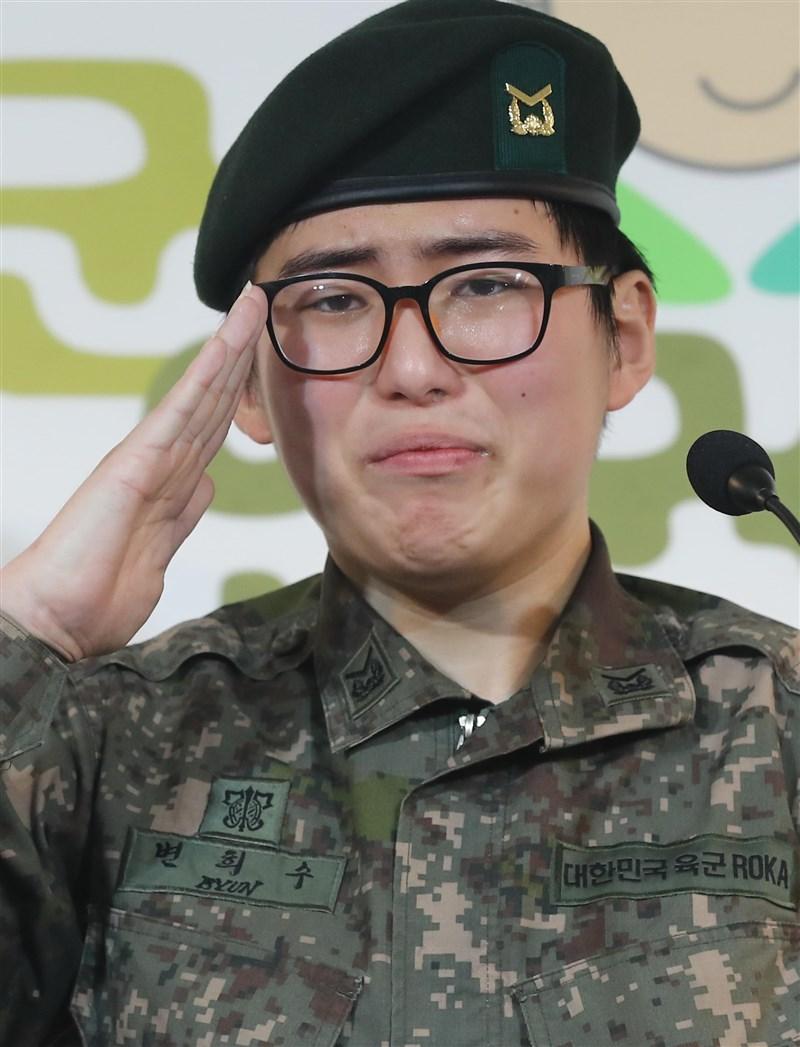 韓國警方4日表示,因動了變性手術而遭軍方強制除役的士官邊希秀陳屍家中。邊希秀去年初曾拋頭露面勇敢現身記者會,懇求軍方讓她繼續服役。(韓聯社)