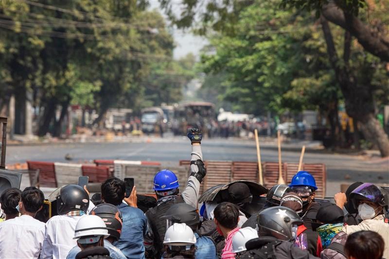 目擊者和媒體報導,緬甸安全部隊3日向反軍方統治的抗議民眾開火,至少18人喪命。(安納杜魯新聞社)