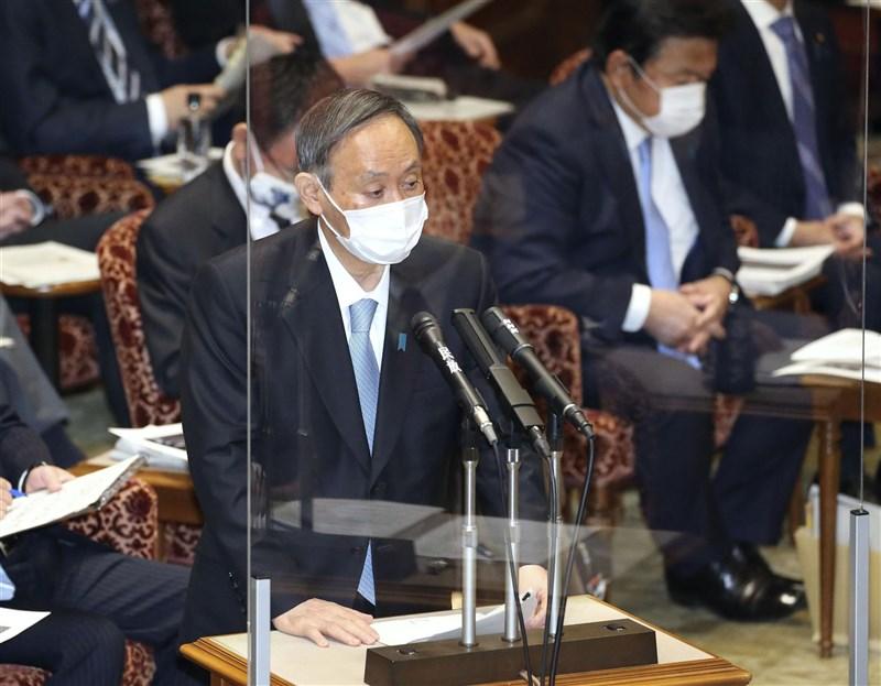 日本首相菅義偉(前)4日在參議院預算委員會回答日本維新會的參議員音喜多質詢時,強調台灣參加世界衛生組織有其必要性。(共同社)