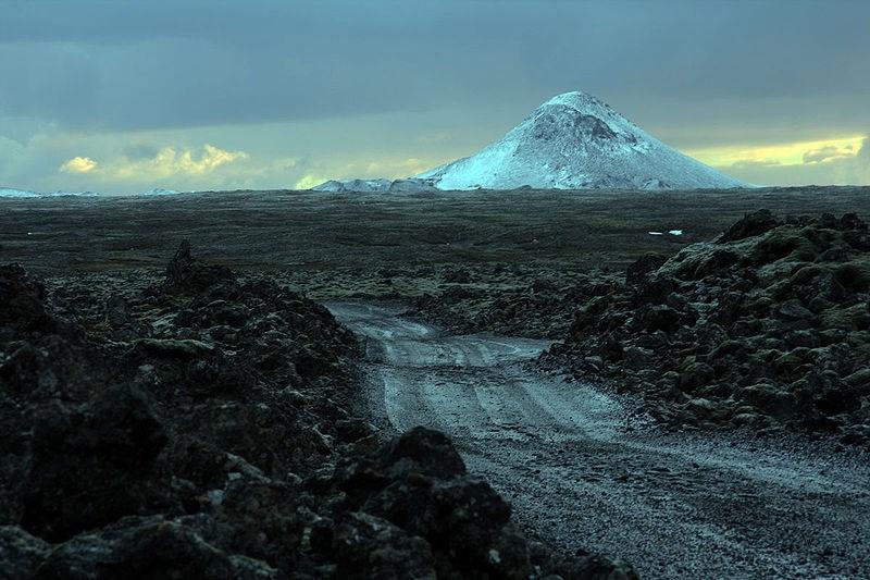 根據冰島氣象局,過去一週,冰島西南部雷克雅內斯半島發生約1萬7000次地震。已經休眠800年的凱利爾山(Mount Keilir)3日下午又偵測到可能會噴發的震動徵兆。圖為凱利爾山。(圖取自flickr;作者Soffía Snæland,CCBY2.0)