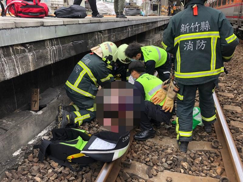 一名約40歲女子5日上午在台鐵新豐站跌落鐵軌,遭北上自強號列車撞擊,警消接獲通報後趕往現場搶救,但女子已失去呼吸心跳,緊急送醫急救。(翻攝畫面)中央社記者郭宣彣新竹縣傳真 110年3月5日