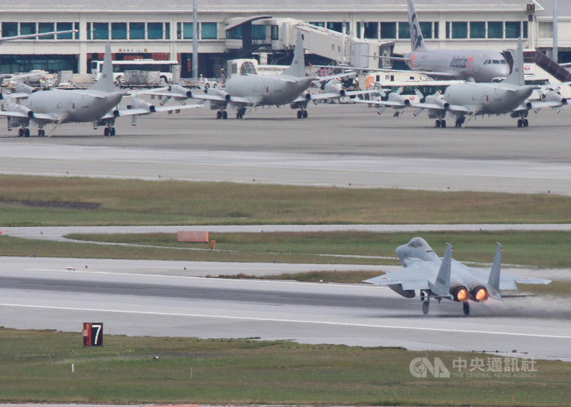 日本共同社報導,防衛省把需緊急升空的情況限縮為「入侵領空可能性更高的機型」並減少整體次數,2020年度戰機緊急升空次數大減。圖為2017年沖繩那霸基地自衛隊F-15戰機緊急升空。中央社記者陳亦偉攝 110年3月5日