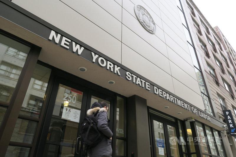 隨著2019冠狀病毒疾病疫情降溫,美國2月非農業就業人口增加37.9萬人,失業率微降0.1個百分點至6.2%。圖為紐約州勞工廳布魯克林城區辦公室。中央社記者尹俊傑紐約攝  110年3月5日