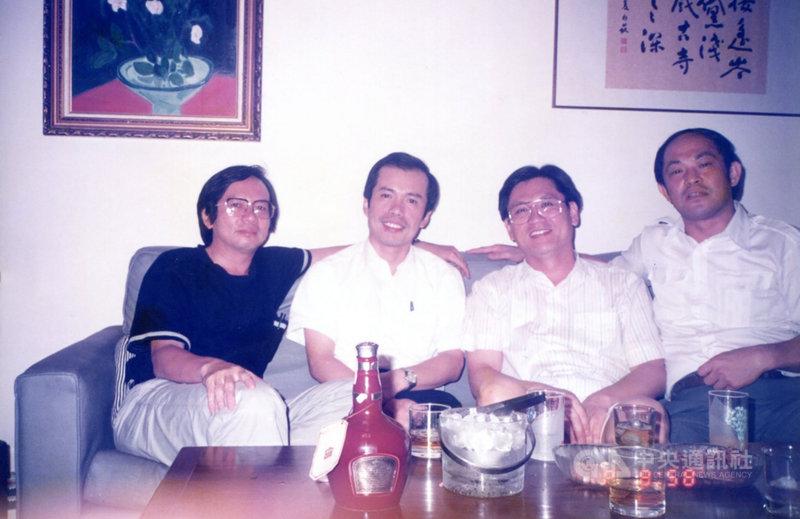 詩人陳明台(右)與笠詩社的詩人好友拾虹(左起)、鄭炯明、李敏勇交流頻繁,4人因詩風特色,分別代表一個季節,在當時被合稱為「四季」。圖為1990年7月8 日4人在李敏勇住處聚會時留影。(鄭炯明提供)中央社 110年3月5日