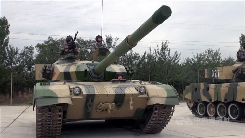 中國年度國防預算5日出爐,金額比去年成長6.8%,已連5年破兆元人民幣。國務院總理李克強發表政府工作報告時則表示,要全面加強練兵備戰。圖為共軍96A型坦克。(中央社檔案照片)
