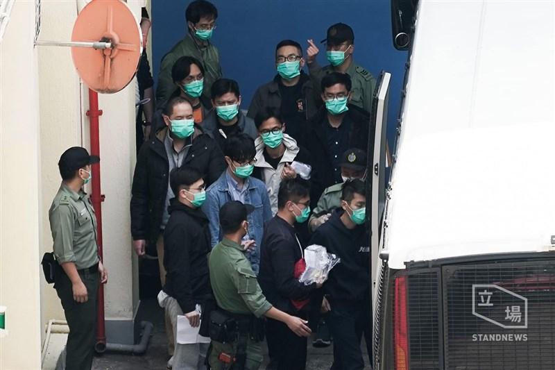 香港泛民主派47人因涉嫌違反國安法的「串謀顛覆國家政權罪」遭拘捕,其中社工呂智恆等4人5日獲保釋。(圖取自立場新聞)