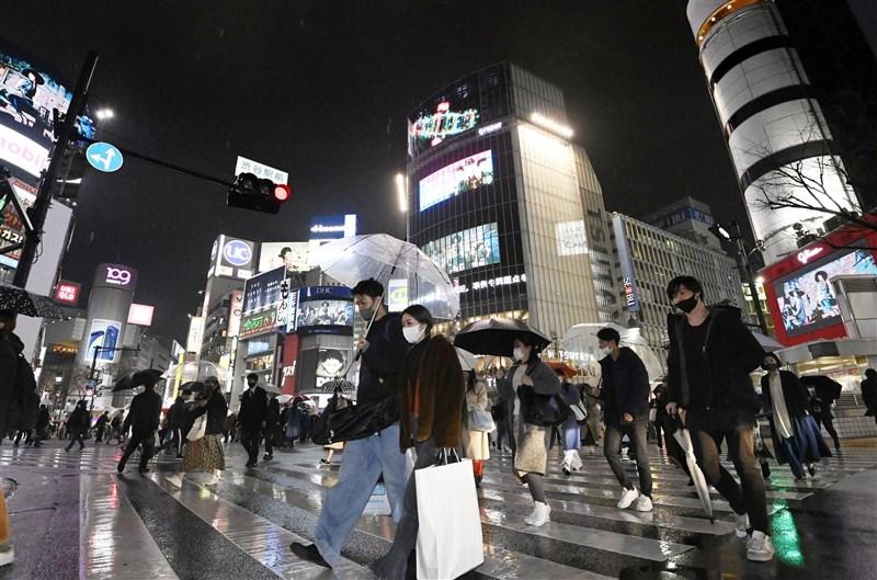 因疫情未歇,日本首相菅義偉5日宣佈東京都及3鄰縣緊急事態宣言延長至3月21日。圖為5日東京澀谷民眾戴口罩上街。(共同社)