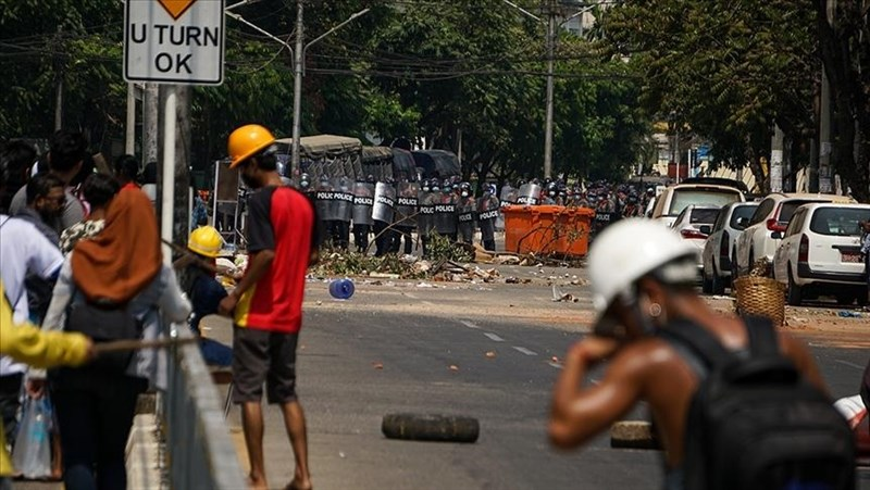 緬甸5日再爆發浴血反政府示威,一名抗議民眾不幸被軍警擊斃喪命。圖為仰光民眾3日上街示威。(安納杜魯新聞社)