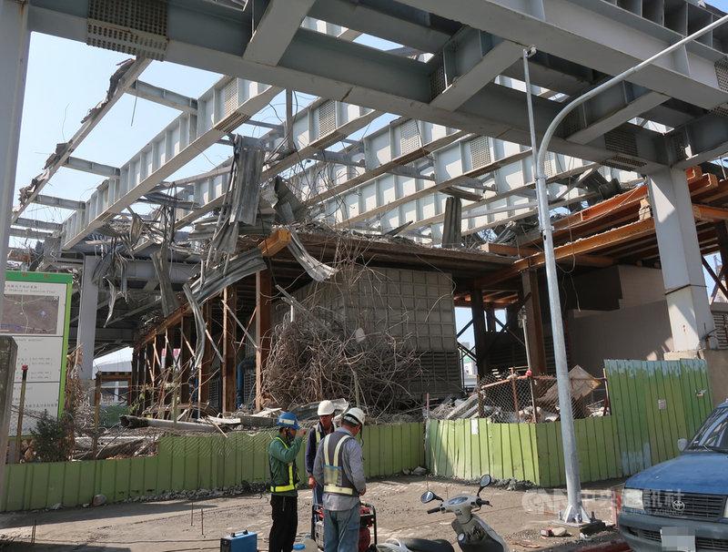 高雄市中博高架橋引道已完成拆除,6日持續拆除主橋鋼梁,預計整座橋梁會在4月底拆完。中央社記者王淑芬攝 110年3月6日