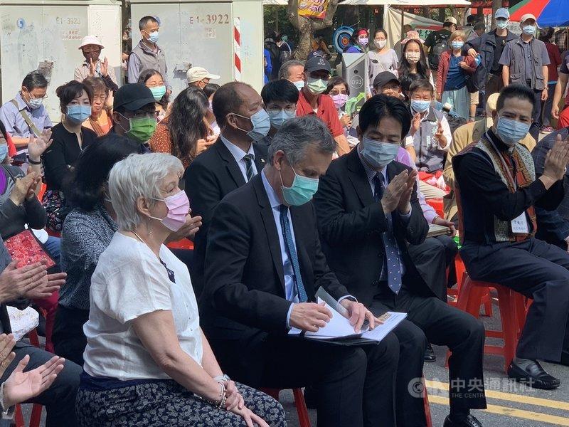 副總統賴清德(前左3)、英國在台辦事處代表鄧元翰(前左2)等人6日在台南出席「2021開台西醫:世紀傳愛-馬雅各醫師別世百週年紀念活動園遊會」。中央社記者張榮祥台南攝 110年3月6日