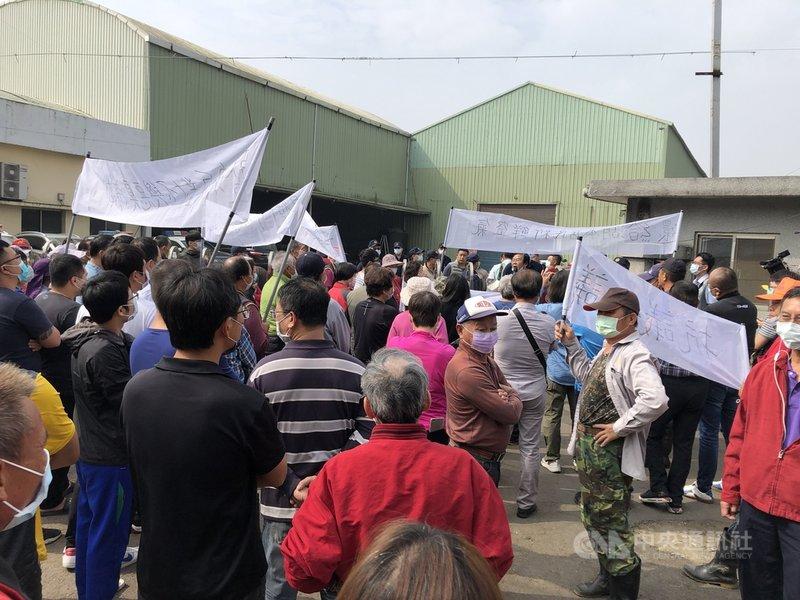 雲林縣林內鄉湖本村民6日聚集在村內一間堆肥廠門口抗議惡臭問題,拉白布條要求業者遷廠,還給居民新鮮空氣。中央社記者姜宜菁攝  110年3月6日