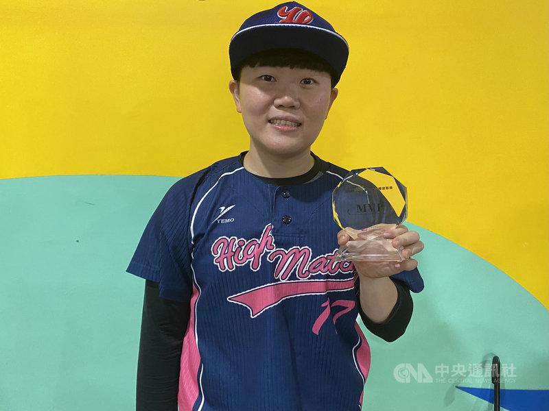 第一屆台灣女子棒球聯賽6日進行冠軍戰,由台北御聖High Match隊奪冠,投手吳佩珊並獲大會MVP肯定。吳佩珊非女壘科班出身,但熱愛棒球,18歲就加入球隊,即使平常要上班也不喊累。中央社記者楊啟芳攝  110年3月6日