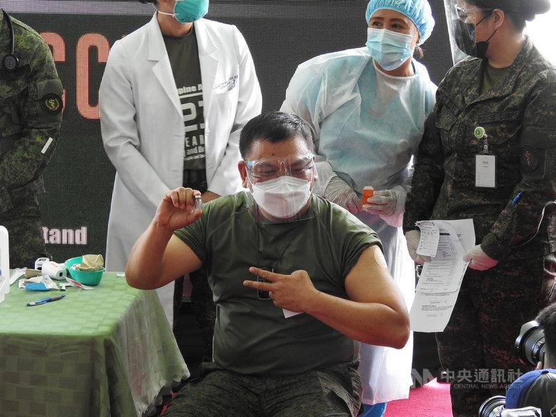 菲律賓1日展開北京科興2019冠狀病毒疾病疫苗接種,第一階段接受施打者包括軍人和第一線醫護人員。圖為菲國陸軍司令佛斯蒂諾(Jose Faustino Jr.)2日接種科興疫苗。中央社記者陳妍君馬尼拉攝 110年3月6日
