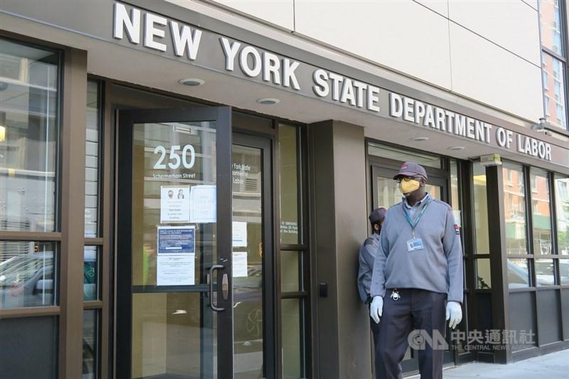 美國聯邦參議院6日批准,凡受疫情影響而失業的勞工,每週可領300美元的補助至9月6日。圖為紐約州勞工廳布魯克林城區辦公室。(中央社檔案照片)