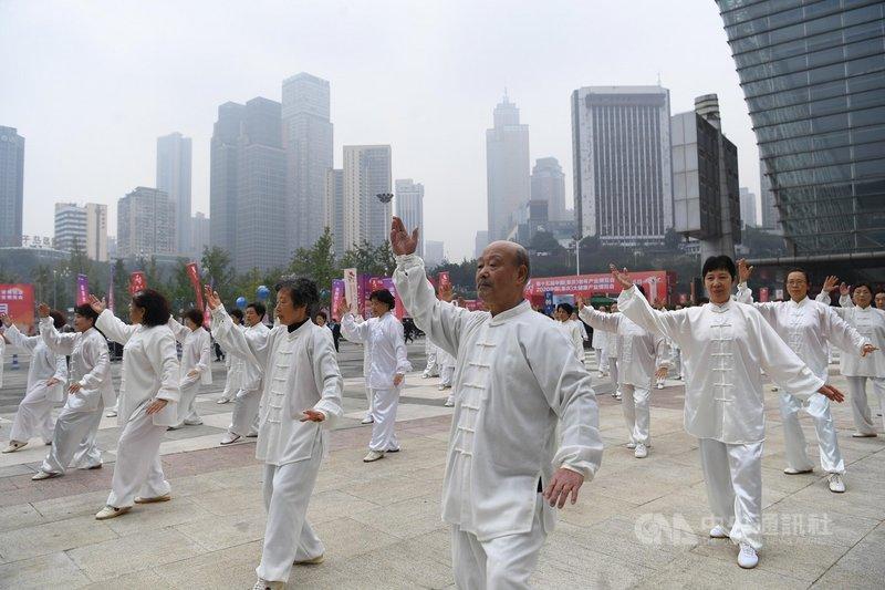 受到少子化與高齡化衝擊,中國國務院總理李克強5日宣布逐步推行提高法定退休年齡。(中新社提供)中央社  110年3月6日