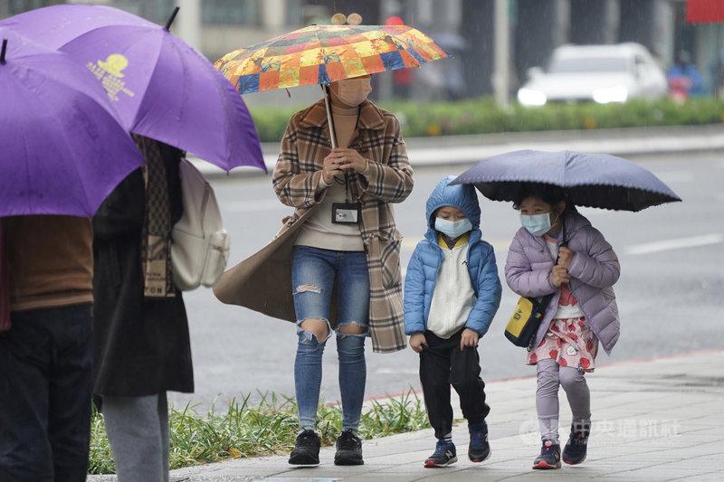 氣象專家吳德榮表示,6日下午到7日清晨受鋒面雲系影響,中部以北、東半部將有局部陣雨、伴隨零星閃電,並有較大雨勢。圖為午後台北街頭民眾撐傘避雨。中央社記者徐肇昌攝  110年3月6日