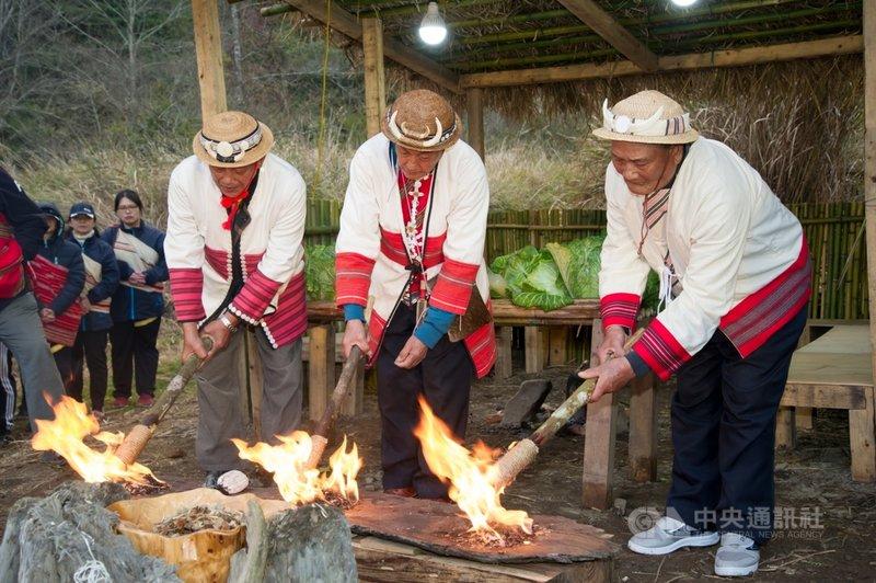 110年全國原住民族運動會聖火6日在宜蘭與台中交界附近的思源埡口,以打火石取火方式點燃,宣告賽事將在宜蘭登場。(宜蘭縣政府提供)中央社記者沈如峰宜蘭縣傳真  110年3月6日