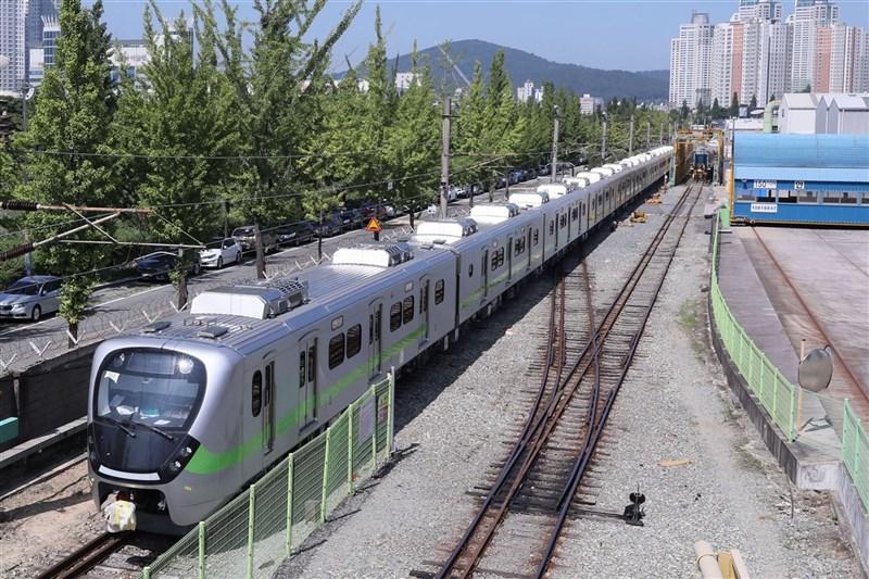 台鐵「最美區間車」EMU900型通勤電聯車將於4月1日首航,4月4日正式投入營運。(台鐵局提供)