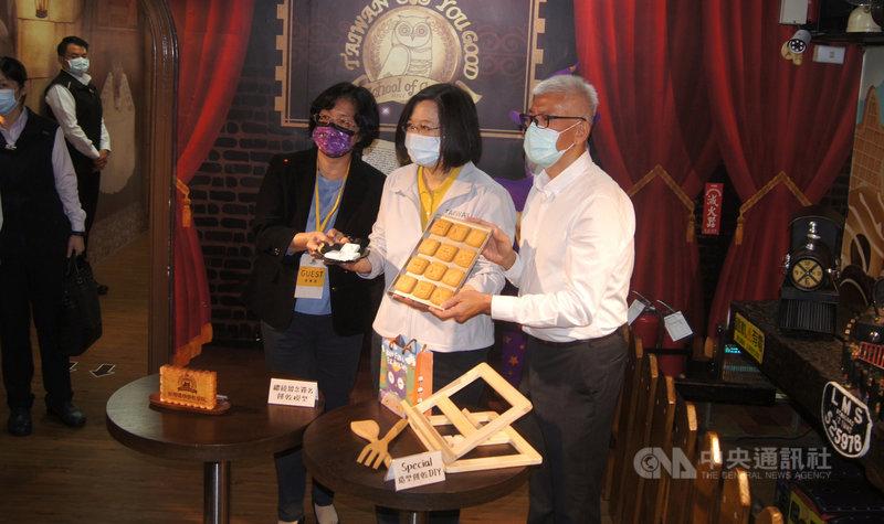 總統蔡英文(中)6日到台灣優格餅乾學院參觀餅乾知識館及餅乾生產線,並在餅乾模型上簽名留念。中央社記者吳哲豪彰化攝  110年3月6日