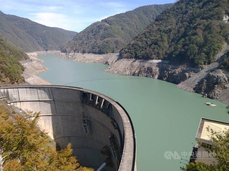 經濟部水利署資訊顯示,石門水庫蓄水率為49.22%,未突破5成;中南部水情更吃緊,德基水庫蓄水率僅10.53%。圖為德基水庫。(中央社檔案照片)