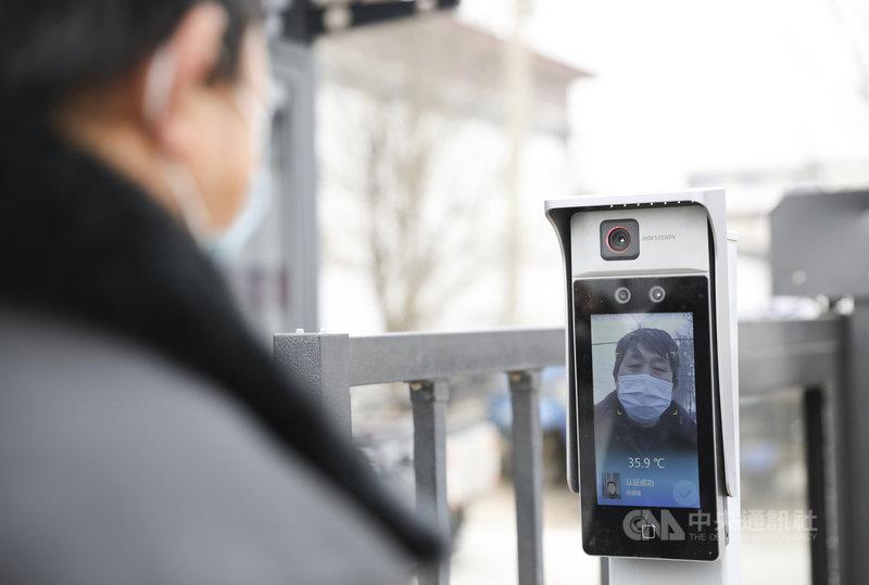中國有政協委員提案,健全臉部辨識的相關法規。圖為北京市民1月時在當地村鎮入口臉部辨識,疫情加強了臉部辨識控制門禁的運用。(中新社提供)中央社 110年3月7日