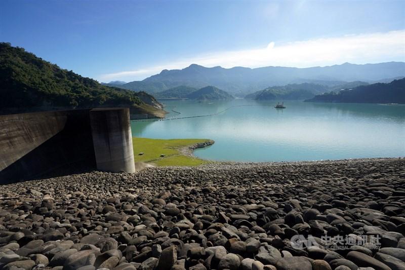 總統蔡英文說,去年台灣沒有颱風帶來的雨量,水情是56年最嚴峻的時刻,政府會盡一切努力穩定供水。圖為曾文水庫今年1月照片。(中央社檔案照片)