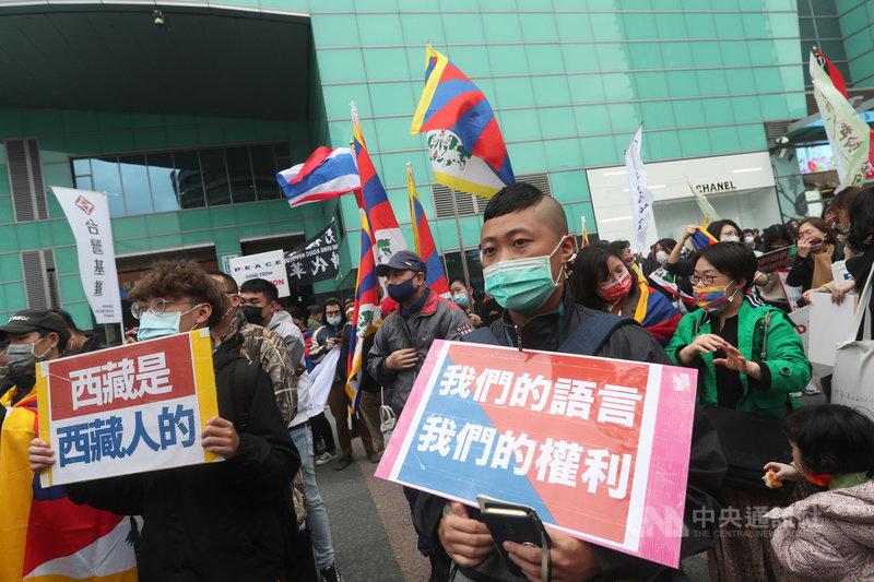 在台藏人福利協會、西藏台灣人權連線、台灣國會西藏連線等民間團體7日下午在台北舉行「協議血淚70年:310西藏抗暴日62週年大遊行」,並呼喊「西藏是西藏人的」、「中國西藏,一邊一國」、「西藏要獨立」等口號。民眾在捷運忠孝復興站外集結。中央社記者吳家昇攝 110年3月7日