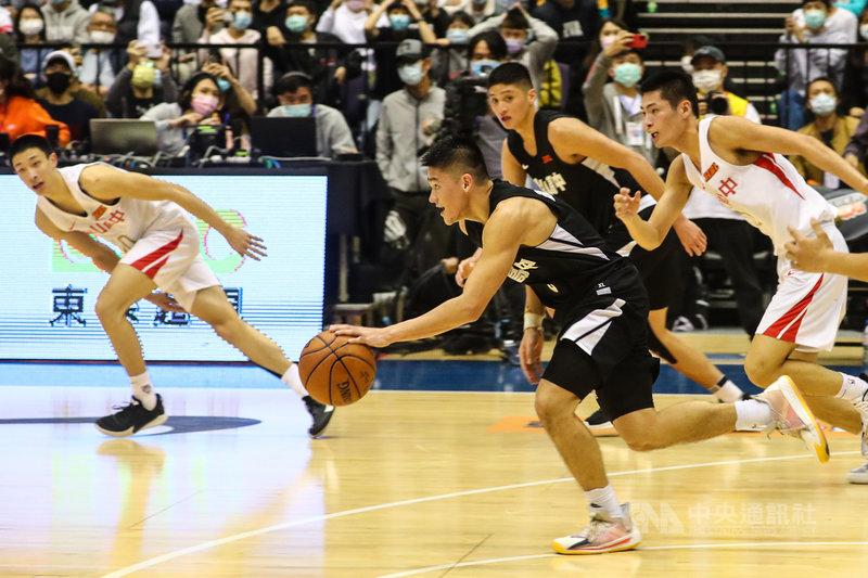 109學年度HBL高中籃球聯賽男子組冠軍戰7日在台北小巨蛋登場,泰山高中徐宏瑋(前黑衣)拿下全隊最高的23分,率隊奪下隊史首冠,也獲選為冠軍賽MVP。中央社記者王騰毅攝  110年3月7日
