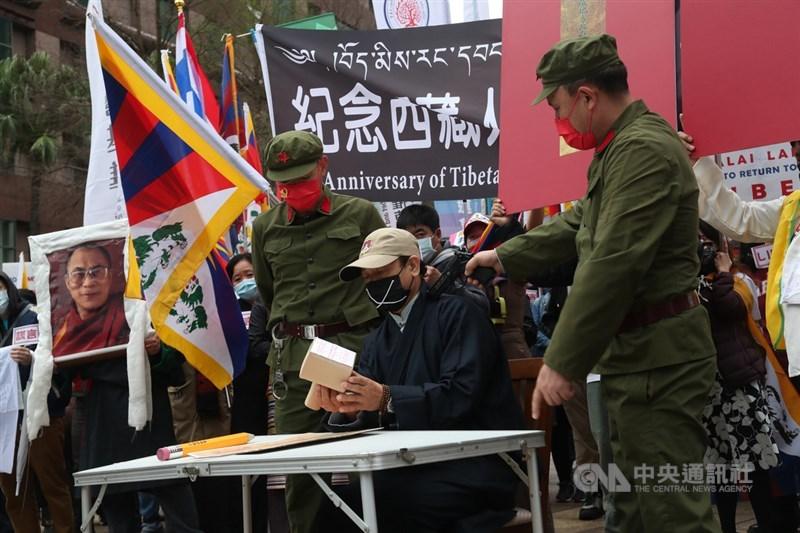 在台藏人福利協會、西藏台灣人權連線、台灣國會西藏連線等民間團體7日下午在台北舉行「協議血淚70年:310西藏抗暴日62週年大遊行」,現場演出行動劇描述被迫害的藏民。中央社記者吳家昇攝 110年3月7日