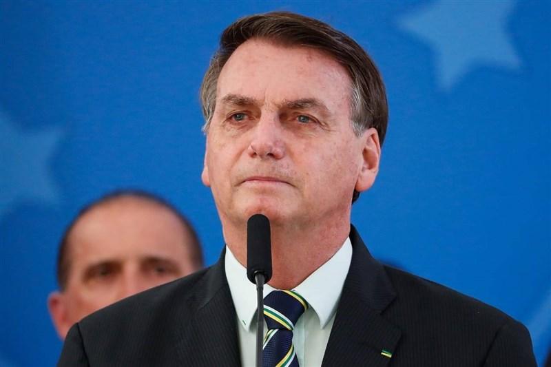 巴西的疫情嚴峻且持續惡化,單日平均病故人數已超越美國,但總統波索納洛竟要民眾別再抱怨,引發反感。(圖取自facebook.com/jairmessias.bolsonaro)