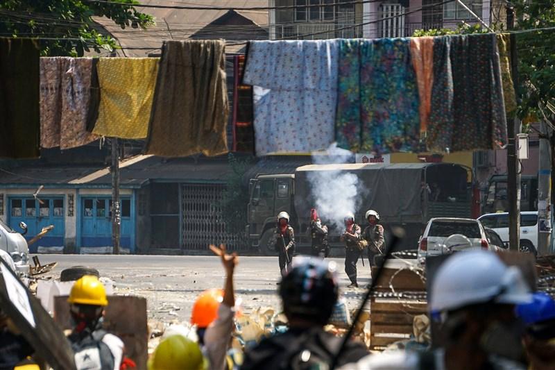 緬甸抗議軍事政變的民眾為拖延軍警追捕速度,把女性的筒裙甚至內衣橫過街頭成列高掛。按照緬甸傳統,男性從女性筒裙下方走過會招來厄運。(安納杜魯新聞社)