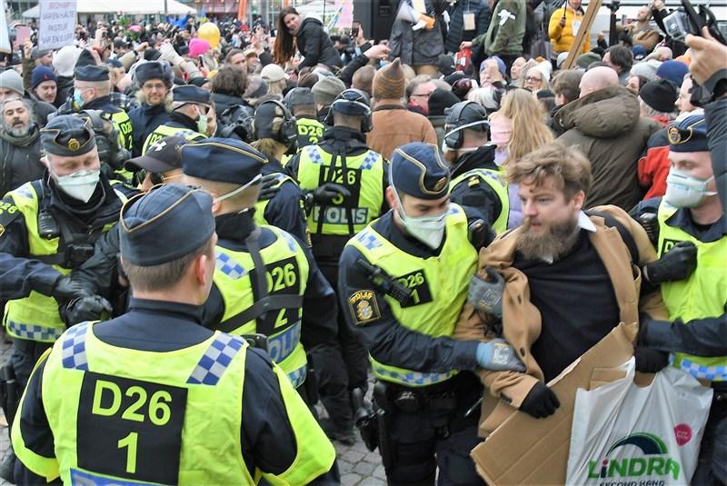 斯德哥爾摩6日下午有百餘名民眾上街反對政府防疫措施。(安納杜魯新聞社)
