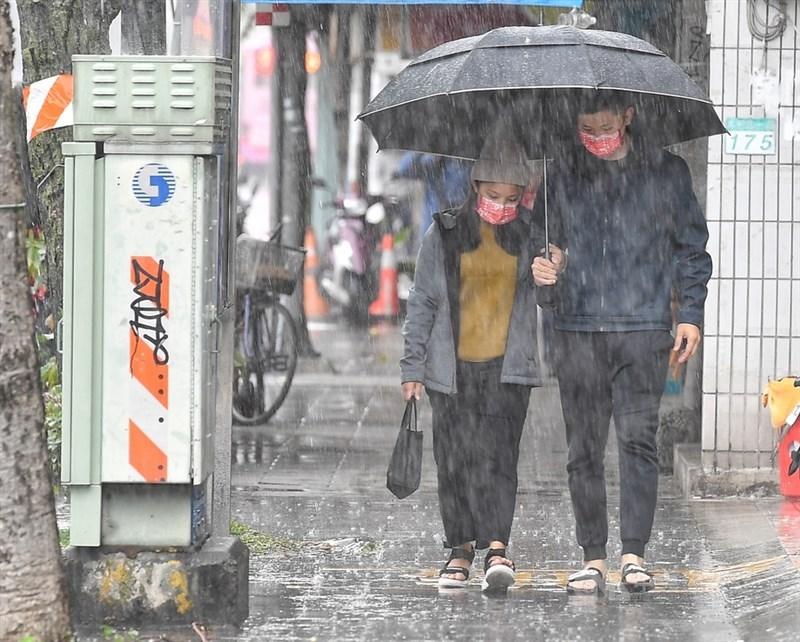 氣象局表示,7日受鋒面通過及東北季風增強影響,中部以北及東半部地區有局部短暫雨。(中央社檔案照片)