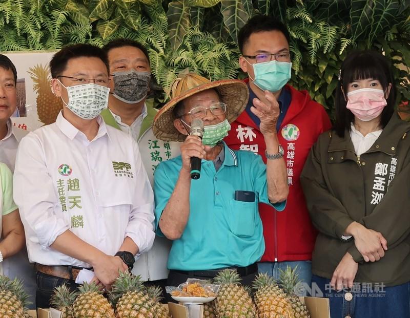 高雄鳳梨果農鳳梨伯(前左2)兒子表示,有人假冒總統府名義訂購180箱鳳梨,6日晚間已報案。(中央社檔案照片)