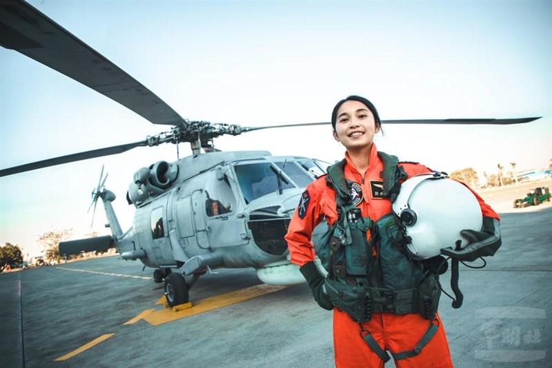 國防部8日在臉書指出,海軍反潛直升機隊過去長期都由男性擔任飛行員,但身為女性的許秀青上尉,日前已完成S-70C訓練,正式加入戰備。(軍聞社提供)